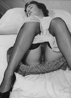 Зрелая баба в чулках расставляет ноги и демонстрирует мохнатую киску - фото #11