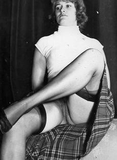 Винтажные фотографии женщины с упругими сиськами и волосатой пилоткой - фото #1