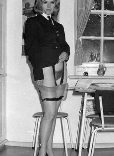 Винтажные фотографии женщины с упругими сиськами и волосатой пилоткой - фото #5