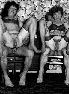 Групповой ретро трах шлюшек с волосатыми кисками - фото #1