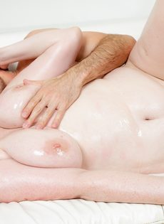 Полная девушка с большими сиськами попробовала сперму на вкус - фото #12