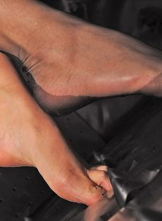 Эротика от длинноногой фетишистки в черных чулках - фото #10