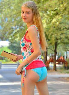 Молоденькая блондинка продемонстрировала дырочки на улице - фото #2