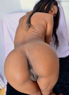 Чернокожая красотка раздвигает половые губы во время фото сессии - фото #14