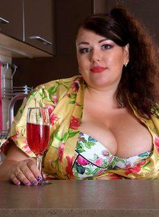 Толстая похотливая брюнетка хорошо проводит время на кухне - фото #1