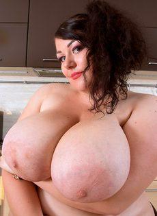 Толстая похотливая брюнетка хорошо проводит время на кухне - фото #15