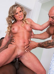 Зрелая женщина живет межрасовой сексуальной фантазией - фото #8