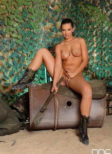 Горячая мастурбация длинноволосой брюнетки в военной форме - фото #3