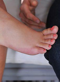 Парень получил оргазм и спустил сперму на красивые ножки брюнетки - фото #1