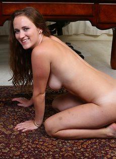 Молодая девица с длинными волосами обнажилась в кабинете - фото #12