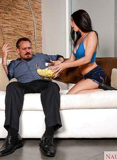 Мужчина вставляет пенис в выбритую киску молодой брюнетки - фото #3