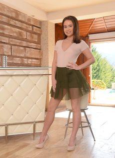 Азиатка Дженни Фер снимает юбку и позирует обнаженной - фото #5