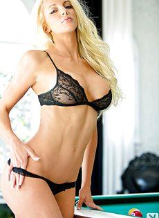 Страстная блондинка с шикарными сиськами лежит на бильярдном столе - фото #4