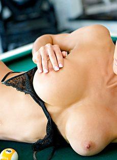 Страстная блондинка с шикарными сиськами лежит на бильярдном столе - фото #8
