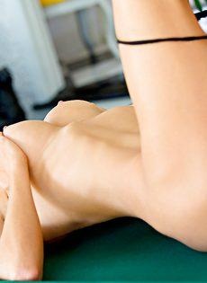 Страстная блондинка с шикарными сиськами лежит на бильярдном столе - фото #10