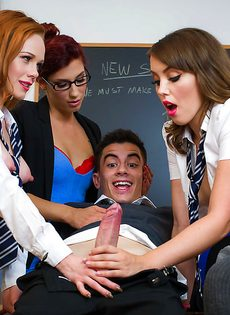 Порно со студентками на школьном столе в классе - фото #8