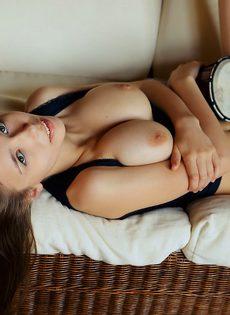 Чувствительная мастурбация от привлекательной брюнеточки - фото #4