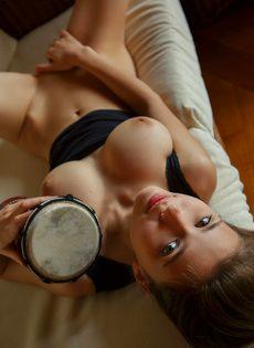 Чувствительная мастурбация от привлекательной брюнеточки - фото #5