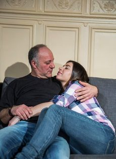 Молодая девушка соблазняет отчима на диване в гостиной - фото #1
