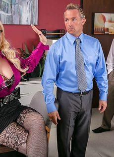 Секретаршу с шикарными формами оприходовали на рабочем месте - фото #1