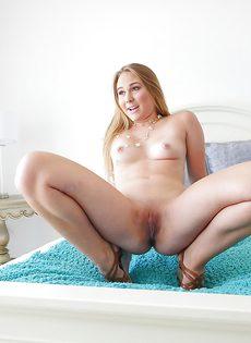 Улыбчивая девушка расставляет ножки и показывает промежность - фото #11