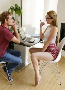 Девушка в очках разводит одногруппника на половое сношение - фото #5