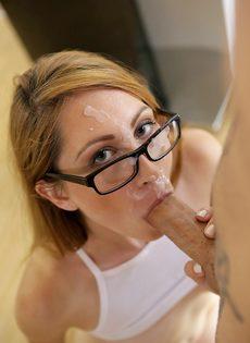 Девушка в очках разводит одногруппника на половое сношение - фото #16