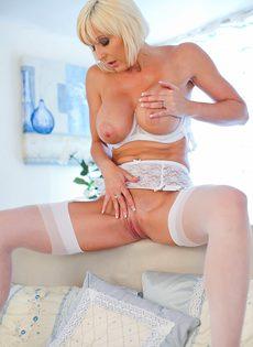 Мастурбация от белокурой женщины в белом нижнем белье - фото #14
