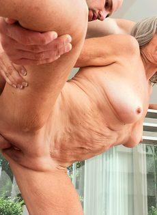 Откровенная старушка наслаждается большим членом бритоголового чувака - фото #13