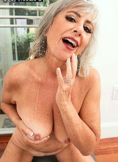 Откровенная старушка наслаждается большим членом бритоголового чувака - фото #16