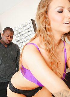 Горячая девка удовлетворила мускулистого темнокожего мужика в ванной - фото #2