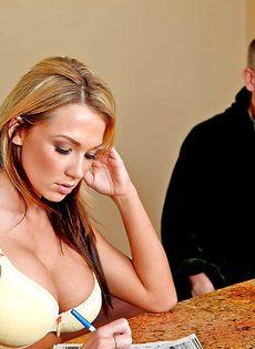 Домохозяйка Nikki Sexx насаживается влажной пиздой на стоячий член - фото #1