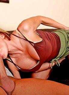 Домохозяйка Nikki Sexx насаживается влажной пиздой на стоячий член - фото #9