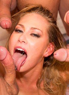 Порно звезда удовлетворила сразу нескольких крепких парней - фото #1