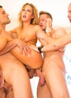 Порно звезда удовлетворила сразу нескольких крепких парней - фото #14