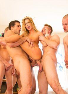 Порно звезда удовлетворила сразу нескольких крепких парней - фото #15