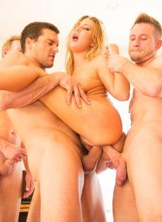 Порно звезда удовлетворила сразу нескольких крепких парней - фото #16