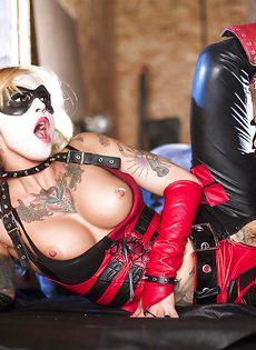 Красотка Kleio Valentien трахается с парнем в костюме Бэтмена - фото #10