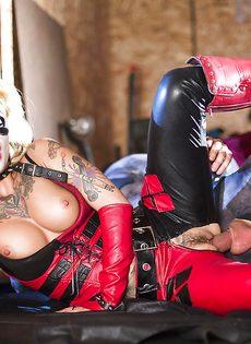 Красотка Kleio Valentien трахается с парнем в костюме Бэтмена - фото #11