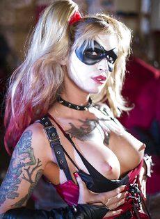 Красотка Kleio Valentien трахается с парнем в костюме Бэтмена - фото #15