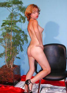 Похотливая девица раздевается и показывает интимные зоны - фото #10