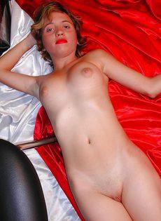 Похотливая девица раздевается и показывает интимные зоны - фото #13