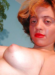 Похотливая девица раздевается и показывает интимные зоны - фото #16