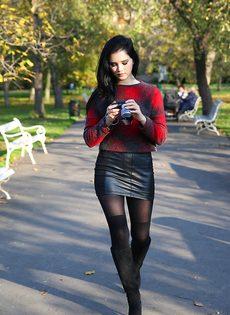 Сексапильная модель со стройной фигурой разгуливает по городу - фото #10