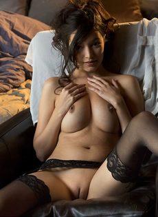 Сексуальная девушка в чулках умеет красиво позировать - фото #13