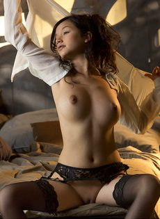 Сексуальная девушка в чулках умеет красиво позировать - фото #14