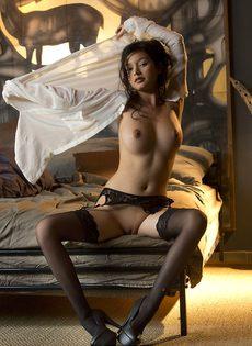 Сексуальная девушка в чулках умеет красиво позировать - фото #16
