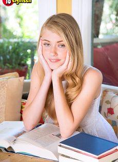 Блондинистая молодая сучка демонстрирует маленькие сиськи - фото #1