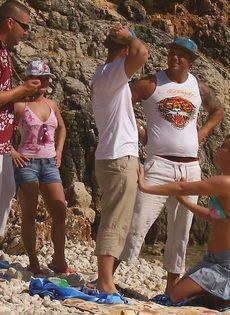 Групповой секс с жаркими красавицами на нудистском пляже - фото #2
