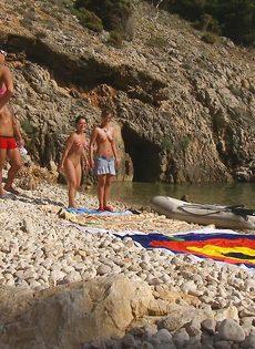 Групповой секс с жаркими красавицами на нудистском пляже - фото #5